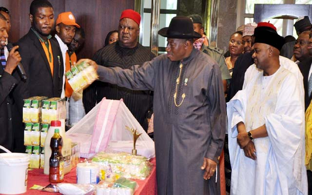 L -R , SECRETARY TO THE GOVERNMENT OF FEDERATION, CHIEF PUIS ANTIM PIUS ; PRESIDENT GOODLUCK JONATHAN AND VICE PRESIDENT NAMADI SAMBO INSPECTING PRODUCTS BY BENEFICIARY OF YOU-WIN PROJECT AT THE PRESIDENTIAL VILLA , ABUJA ..YESTERDAY (03-07-2013) . GODWIN OMOIGUI