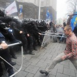 Ukraine crisis: Thousands demonstrate in rival rallies