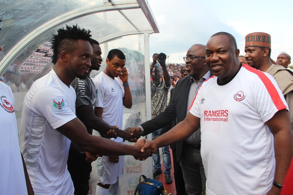 governor-ifeanyi-ugwuanyi-of-enugu-state-shaking-hands-with-rangers-international-fc-of-enugu-players